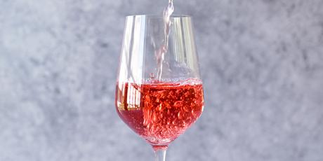 rosa-viner-lockar-aret-om